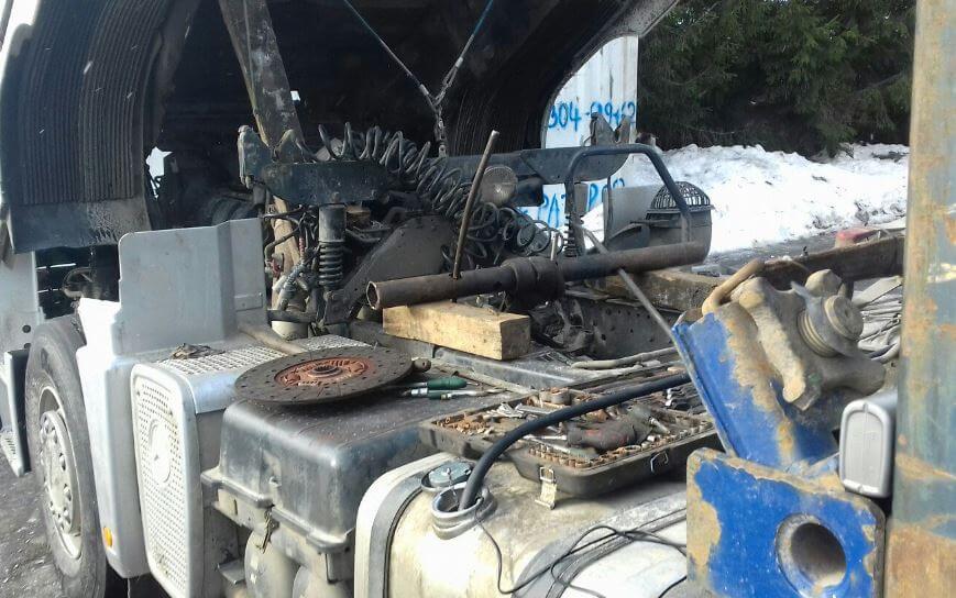 Снятие установка Коробки переменных передачь (КПП) Мерседес Актрос (Mercedes Actros )замена защелки выжимного на выезде